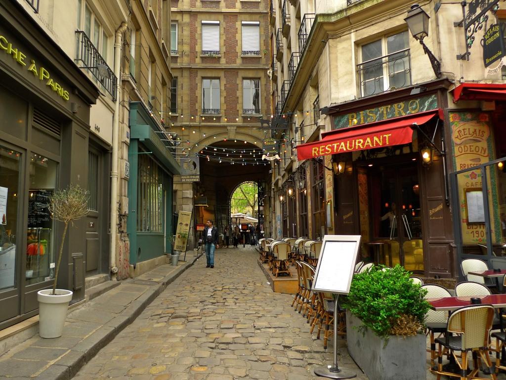 Restaurant Petite Rue Deriere Une Grille Gare Paris Gare