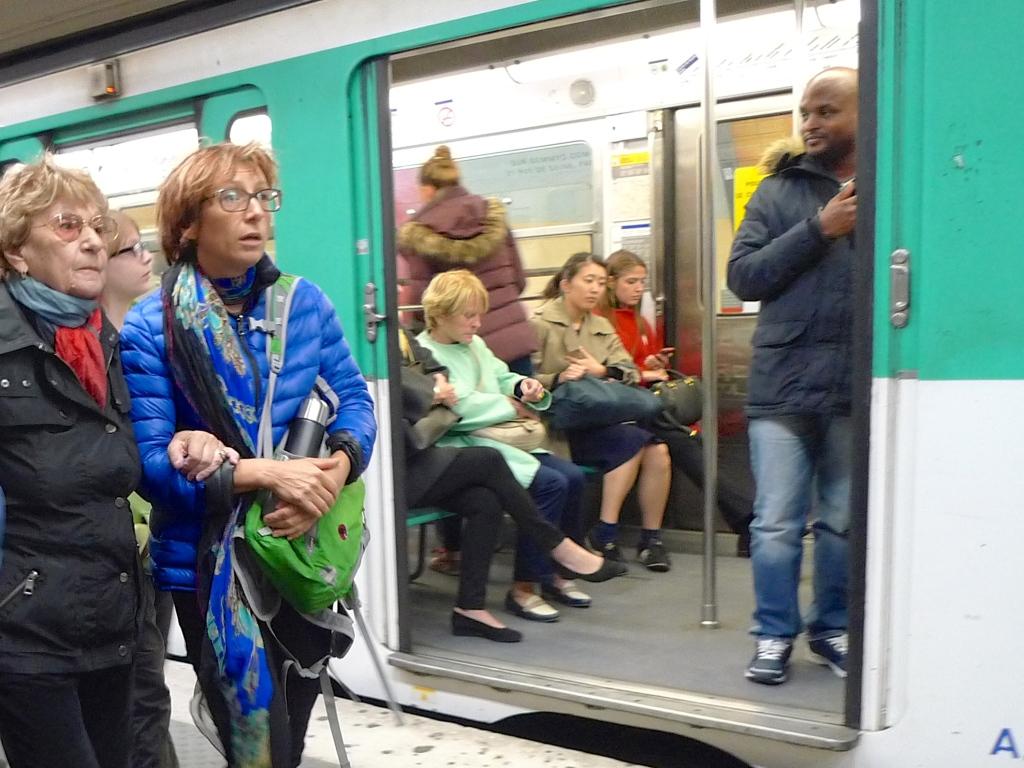 Métro Station Charles de Gaulle Etoile - Line 6