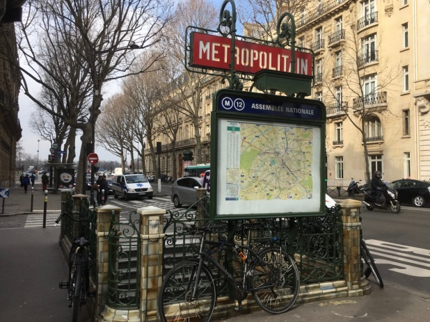 M tro station assembl e nationale and its sounds for Carrelage du sud boulevard saint germain